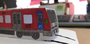 Tren recortable iluminado con Electric Paint